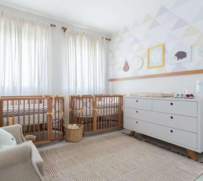 19. Decoração de quarto para bebê com berços de madeira e cômoda branca retrô – Foto: Jeito de Casa