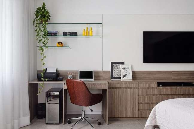 5. O quarto também conta com espaço para home office. Foto: Dhani Borges