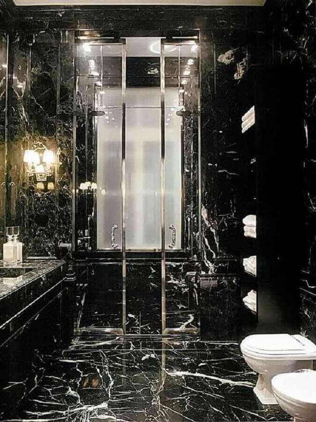 20. Banheiro de mármore preto com box de vidro – Foto Pinterest