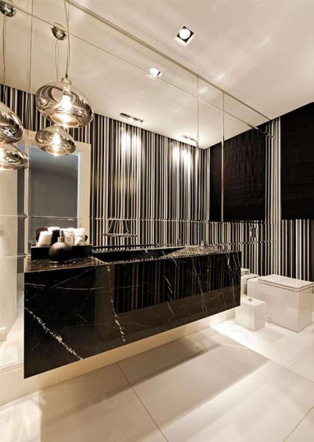 57. Banheiro com pedra de mármore e papel de parede listrado – Foto Decor Salteado