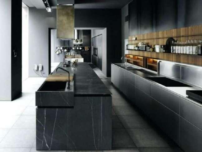 31. Cozinha moderna com ilha de mármore preto – Foto Homehub