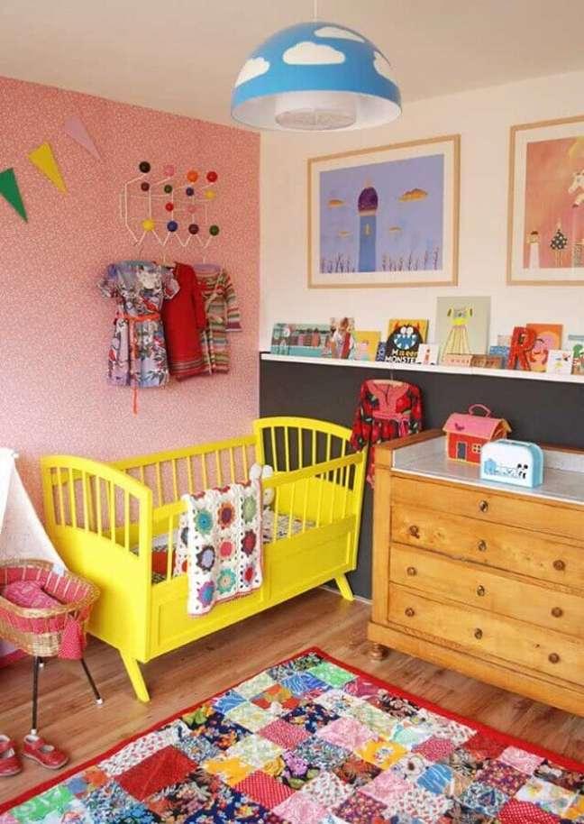 60. Quarto para bebê simples com decoração colorida – Foto: Pinterest