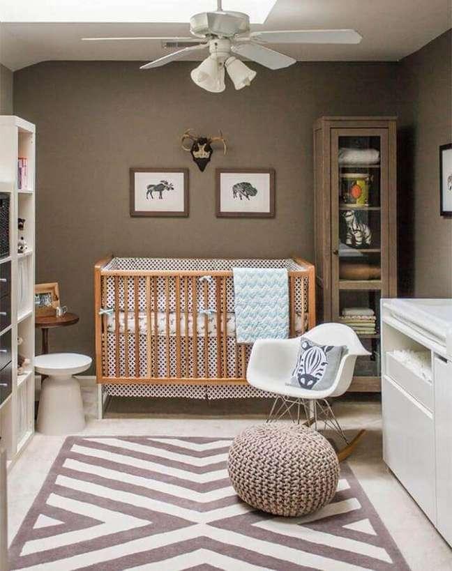12. Cor marrom para decoração de quarto para bebê com tapete geométrico – Foto: Casa de Valentina