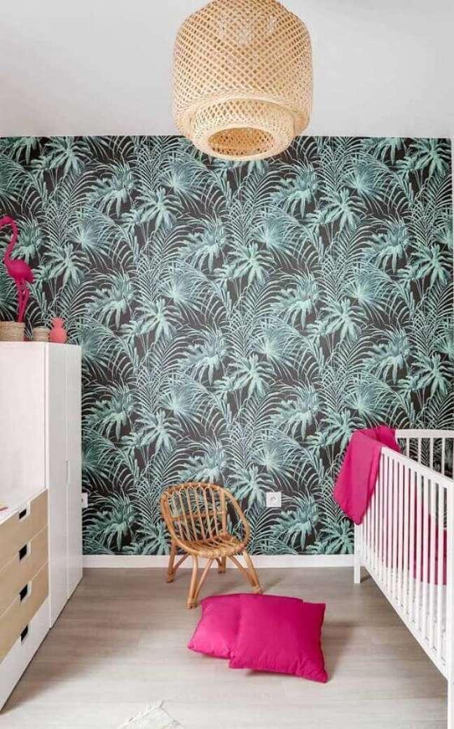 20. Decoração de quarto para bebê com papel de parede de folhagens e lustre rústico – Foto: Casa de Valentina