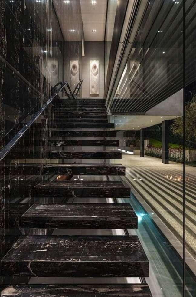 39. Escada com mármore preto chique – Foto One Kindesign