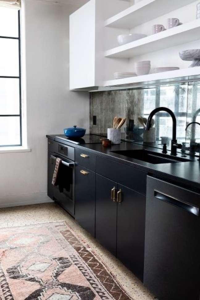 41. Marmore preto absoluto para a cozinha moderna – Foto Domino Magazine