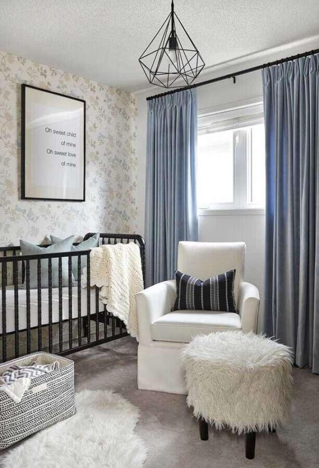 23. Decoração de quarto para bebê com poltrona branca e cortina cinza – Foto: Houzz