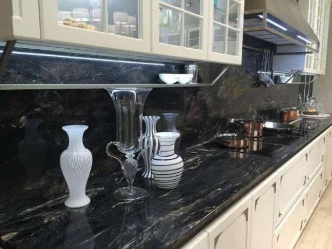 15. Bancada de mármore na cozinha moderna com armários brancos e vasos de vidro – Foto Bupa Mmalaysia
