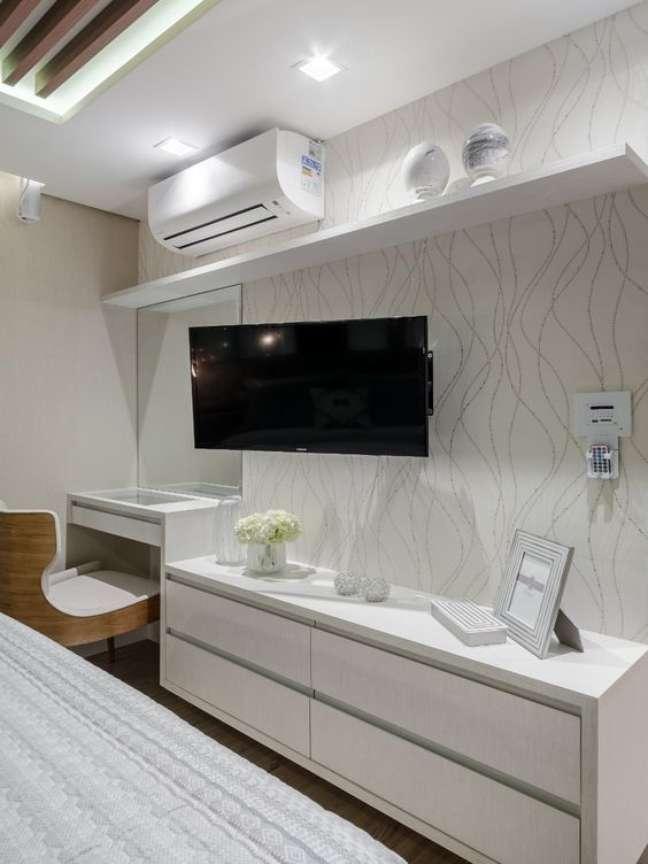 17. Rack para quarto branco com papel de parede clássico – Foto Jacqueline Fumagalli