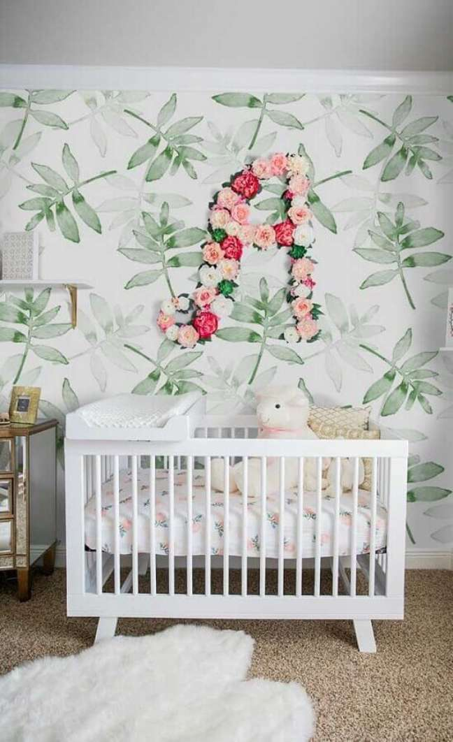 37. Papel de parede com estampa de folhagens para decoração de quarto para bebê feminino – Foto: Jeito de Casa