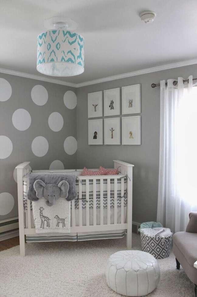 50. Quarto decorado para bebê cinza e branco com papel de parede de bolinhas – Foto: Pinterest