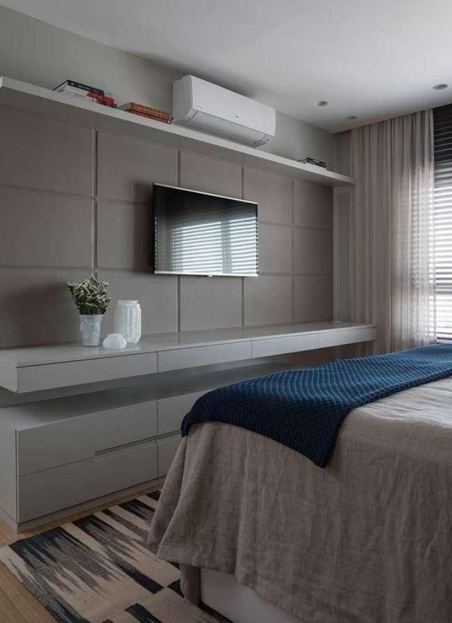 51. Painel e rack para quarto de casal planejado e clássico – Foto Casa de Valentina