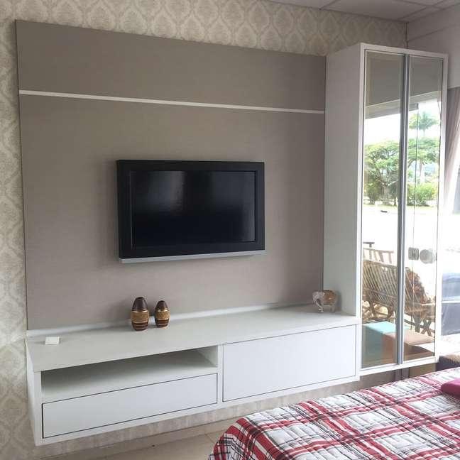 38. Rack para quarto planejado com armário espelhado e painel bege – Foto Morisa móveis