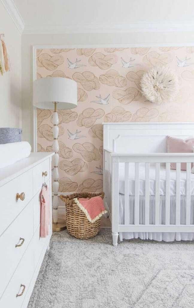 53. Quarto para bebê feminino decorado com abajur de chão e papel de parede delicado – Foto: We Heart It
