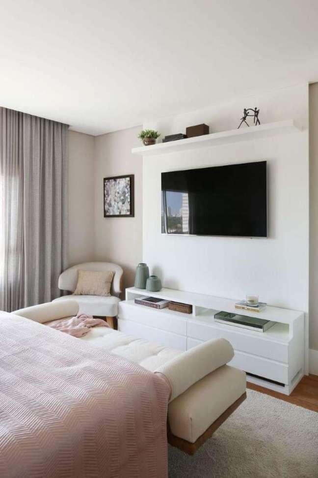 19. Rack branco para quarto delicado com roupa de cama rosa – Foto Bijoux To Cara