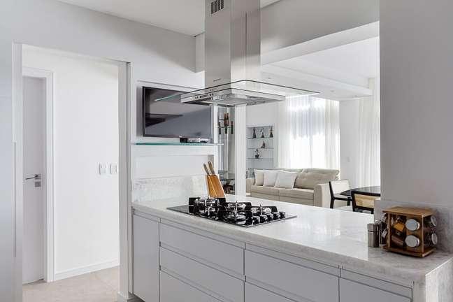 13. Para a bancada da cozinha foi usado o ônix branco que se conecta muito bem com o roxo. Foto: Dhani Borges