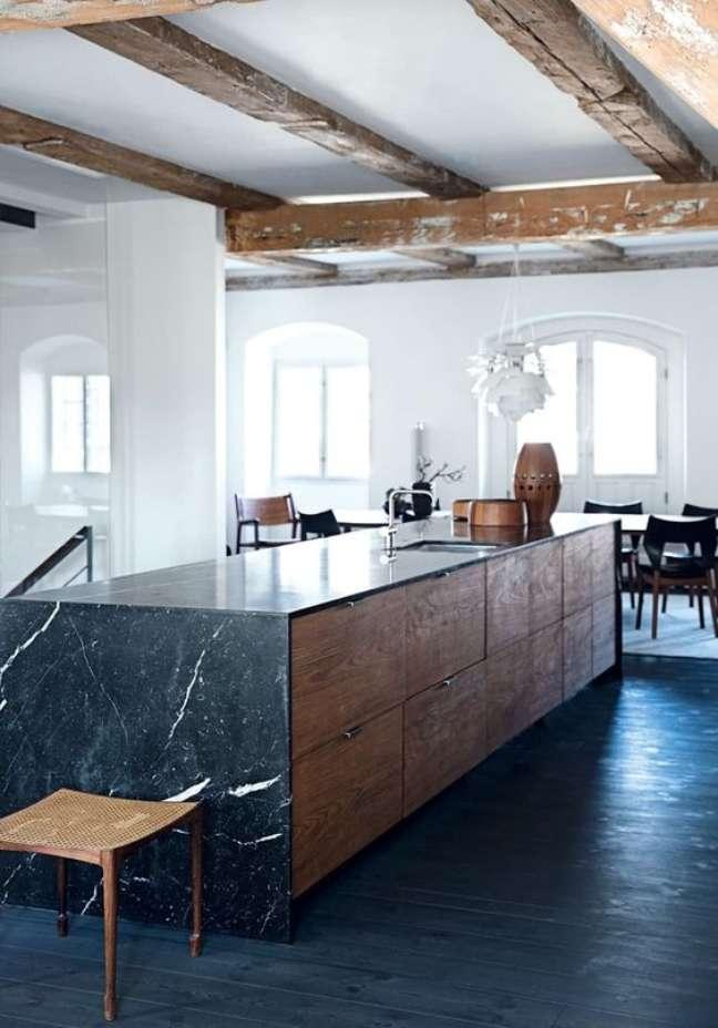 12. Bancada de mármore preto com armários de madeira – Foto Apartment Therapy