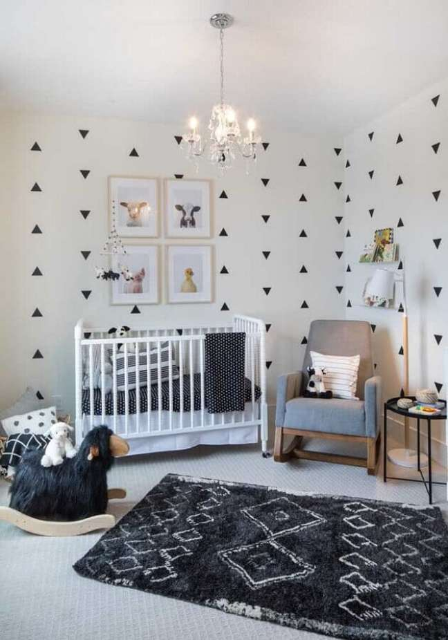 15. Decoração de quarto para bebê branco e cinza com adesivos de parede – Foto: Pinterest