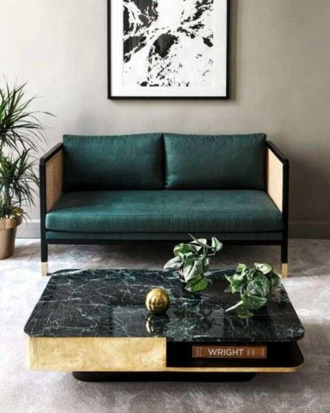 52. Mesa de centro de mármore preto e sofá verde – Foto Pinterest