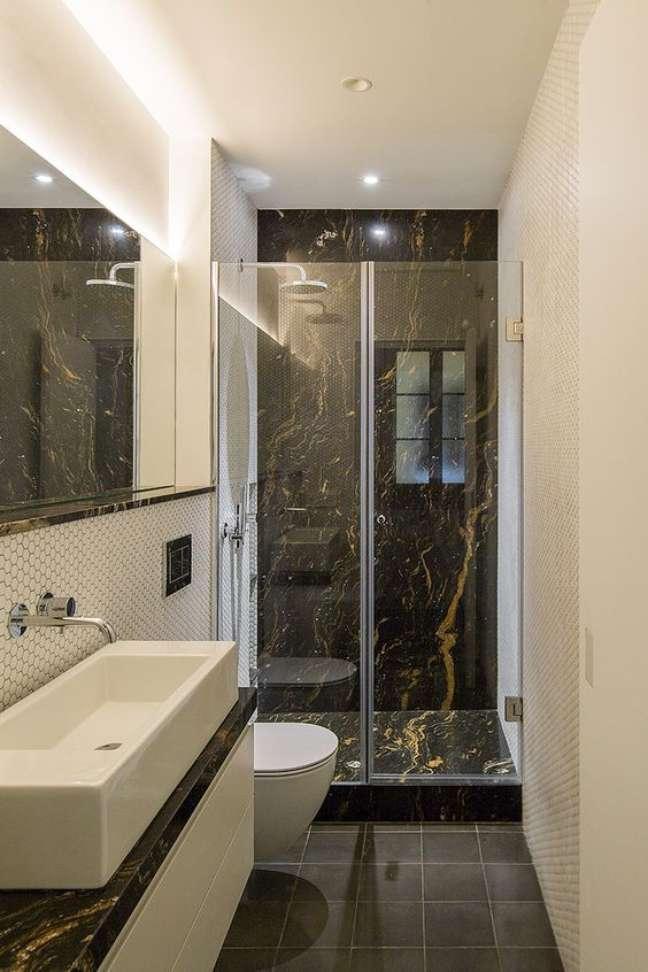 17. Banheiro com piso marrom e mármore no box – Foto Arkpad