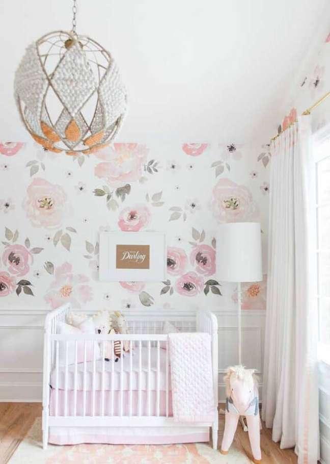 40. Papel de parede floral para decoração de quarto para bebê feminino branco – Foto: Home Fashion Trend