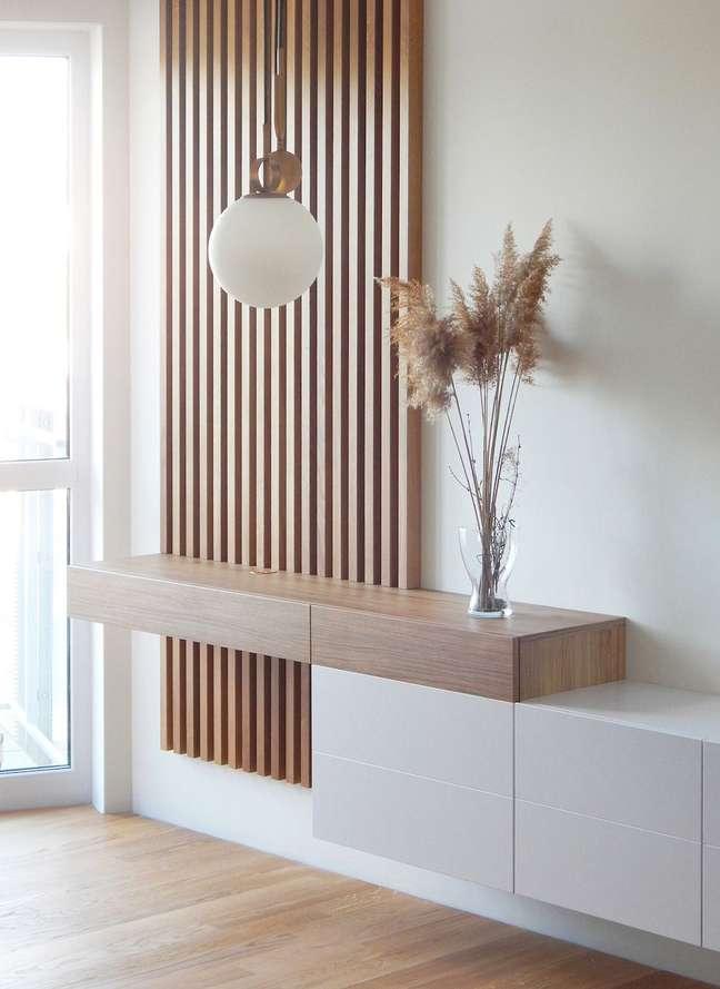 40. Rack para quarto suspenso com ripa de madeira – Foto Decoração e invenção