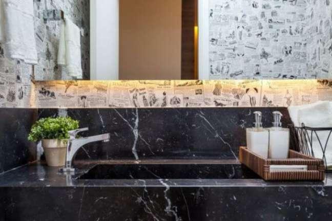 6. Lavabo com pia de mármore na cor preta e papel de parede criativo – Foto Raduan Arquitetura