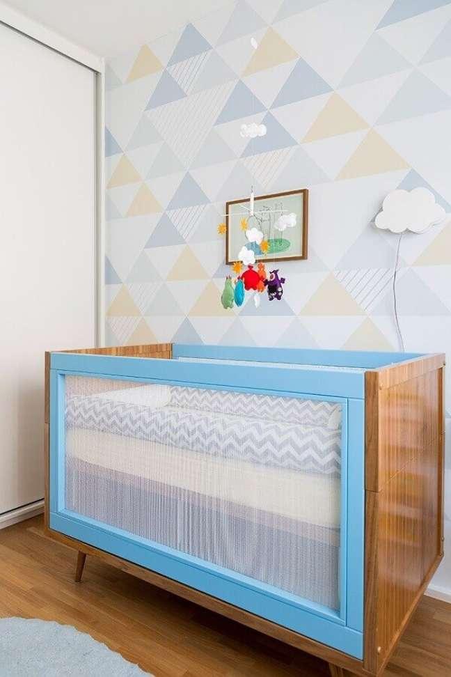 17. Decoração de quarto para bebê com berço azul e papel de parede em cores pastéis – Foto: Pinterest