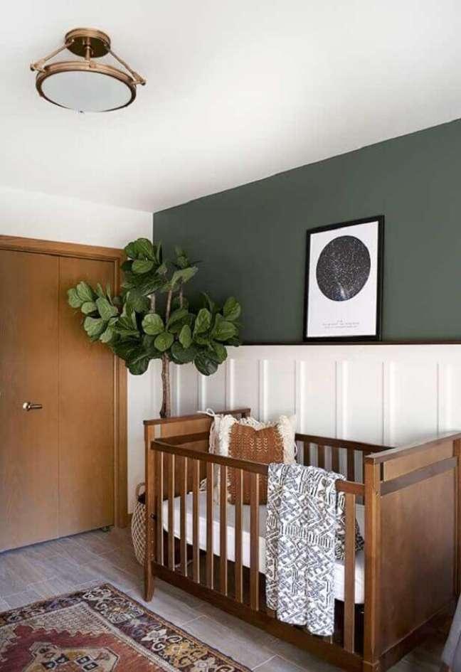 29. Decoração de quarto para bebê rústico com vaso de planta grande e berço de madeira – Foto: Pinterest