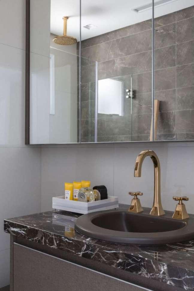 34. Decoração de banheiro simples com espelheira e bancada de mármore – Foto Barbara Dundes