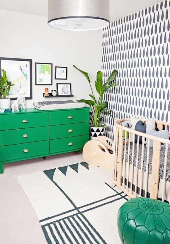 4. Cômoda verde para decoração de quarto para bebê branco – Foto: Ideias Decor