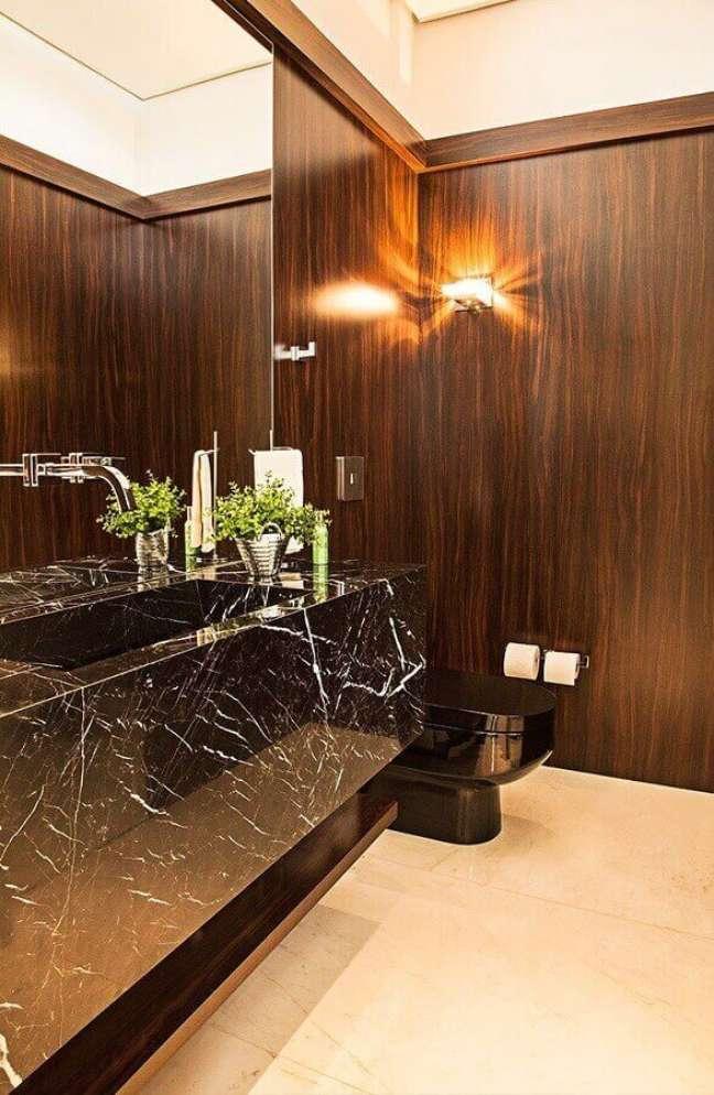 37. Decoração de lavabo com bancada de mármore preto e espelho – Foto Leonardo Muller