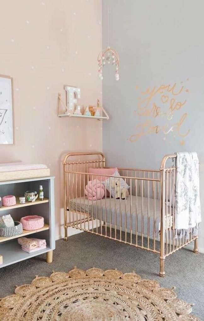 11. Cor de rosa para decoração de quarto para bebê feminino com berço de ferro – Foto: Pinterest