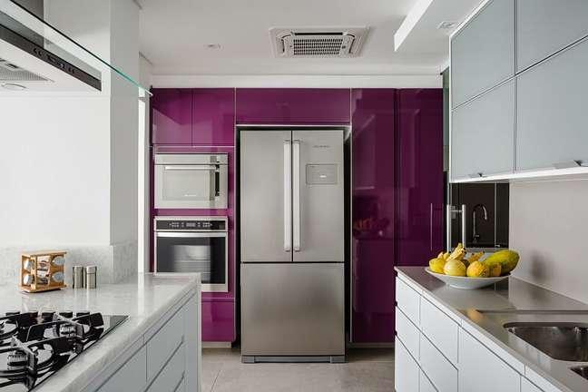 11. Na cozinha os revestimentos mesclam tons e texturas. Foto: Dhani Borges