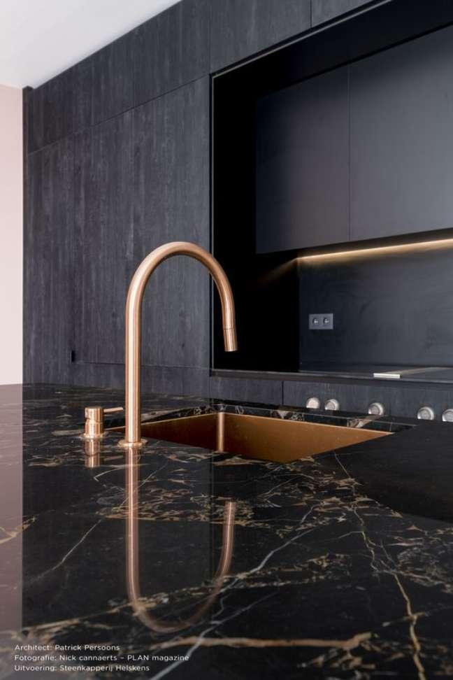 43. Mármore preto e dourado para cozinha moderna – Foto Beltrami
