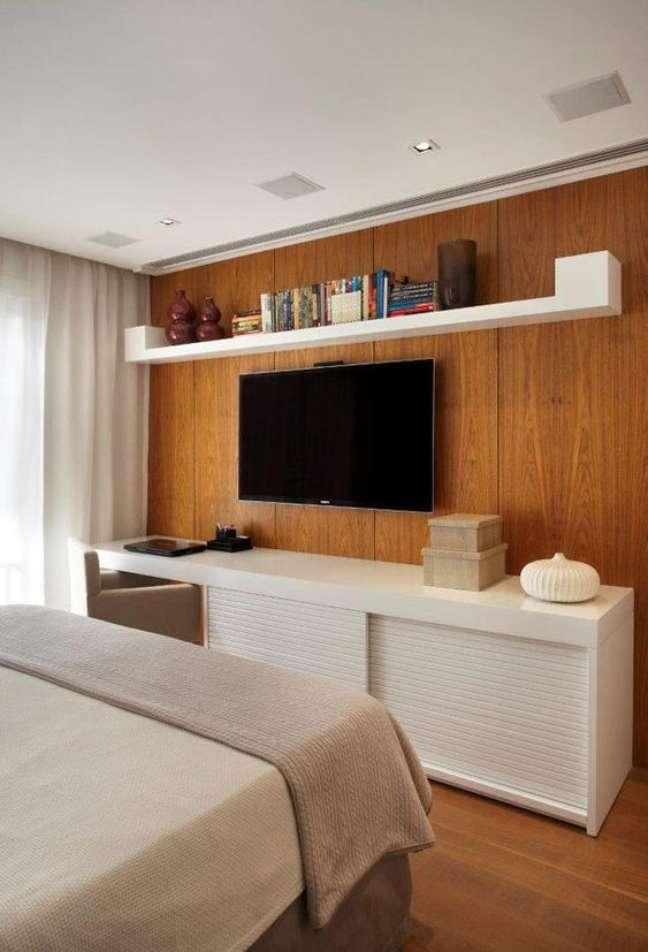 22. Rack para quarto com cama de casal moderna e paine de tv de madeira – Foto Casa Vogue