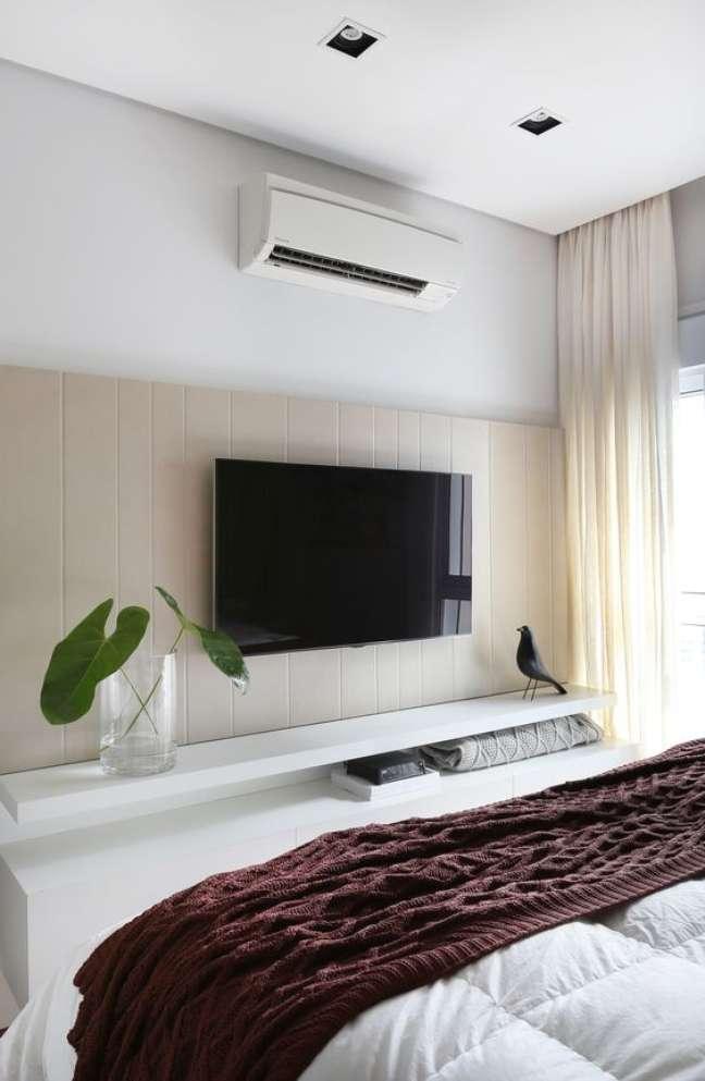 49. Rack para quarto suspenso em branco com painel de madeira -Foto Pinteres