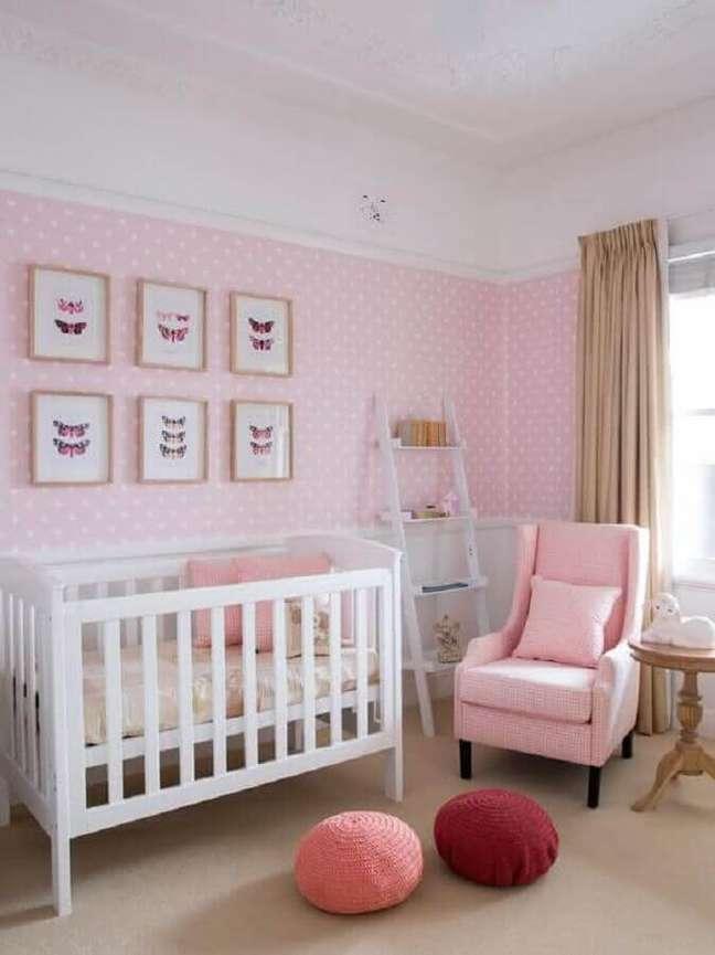 27. Decoração de quarto para bebê feminino branco e rosa com papel de parede de bolinhas – Foto: Home Decoration & More