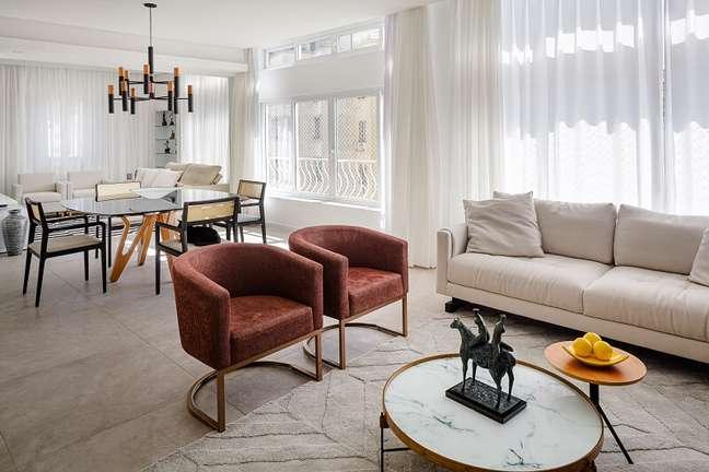 7. As poltronas modernas delimitam o espaço da sala de estar. Foto: Dhani Borges