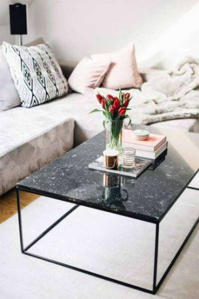 54. Mesa de centro de mármore preto e sofá de canto cinza – Foto Justlia
