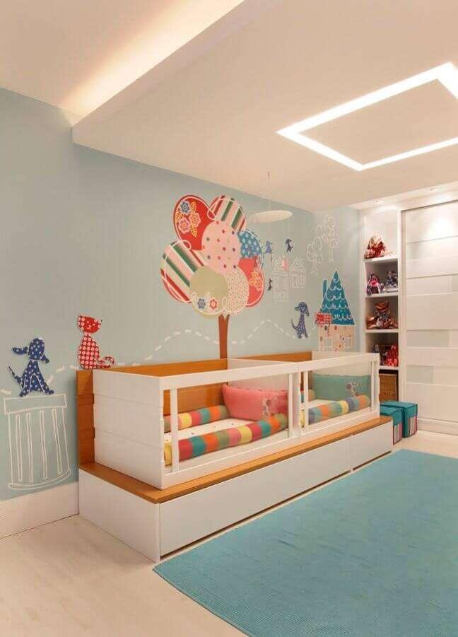 13. Decoração colorida com jogo de quarto para bebê gêmeos – Foto: Pinterest