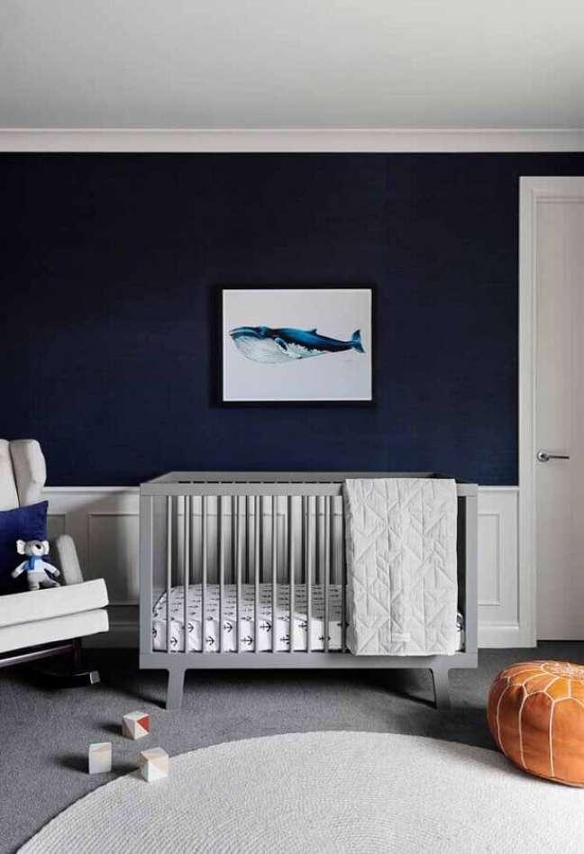 6. Decoração de quarto para bebê masculino com parede azul marinho e berço cinza – Foto: Houzz