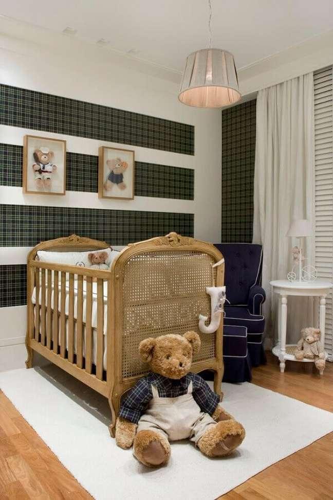 2. Decoração de quarto para bebê com papel de parede xadrez e berço provençal – Foto: Home Fashion Trend