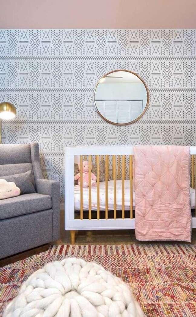 56. Quarto para bebê feminino decorado com papel de parede delicado e espelho redondo – Foto: Casa de Valentina
