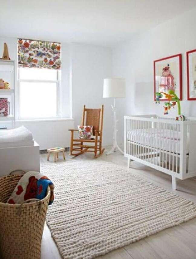 63. Quarto para bebê todo brando decorado com tapete de crochê e cadeira de balanço rústica – Foto: Lolafá
