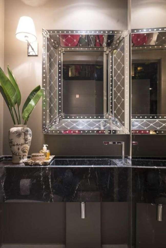 38. Banheiro com bancada de mármore e espelho chique – Foto Mauricio Karam