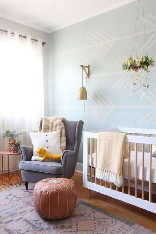 46. Poltrona cinza para decoração de quarto para bebê com puff redondo de couro – Foto: Pinterest
