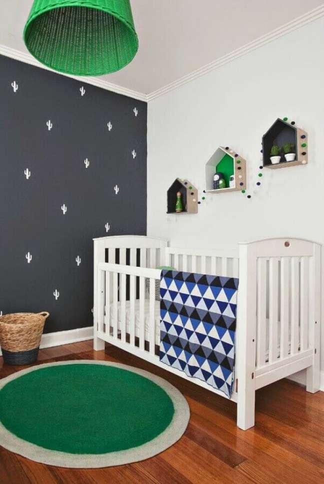 62. Quarto para bebê simples decorado com tapete redondo e parede cinza com adesivos de cactos – Foto: Pinterest