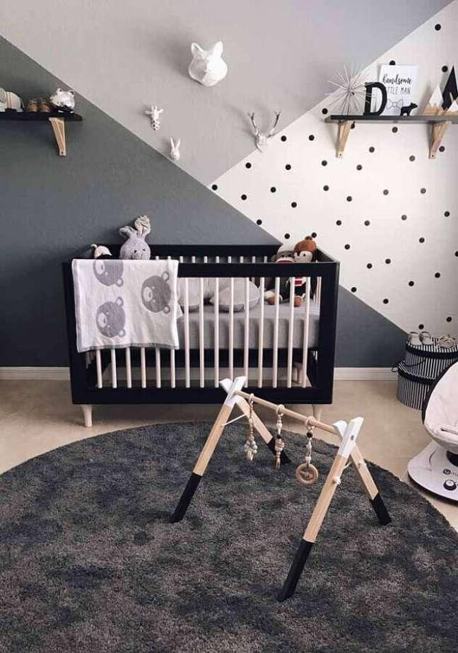 64. Tons de cinza para decoração de quarto para bebê com tapete redondo e berço preto – Foto: Pinterest