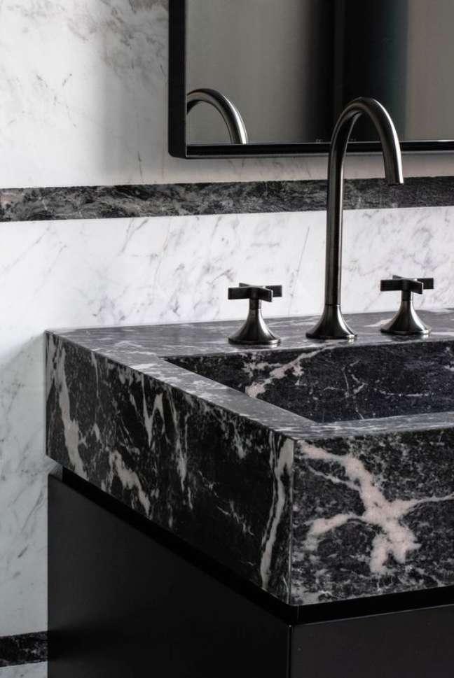 59. Pia de banheiro com mármore preto e torneira preta – Foto Pinterest